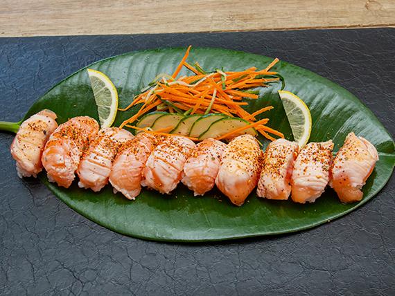 Niguiri salmón flameado (10 unidades)