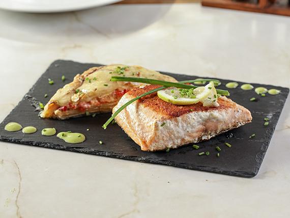 Sugerencia de nuestra cocina - Salmón a la plancha  Con milhoja de papa la crema (30)