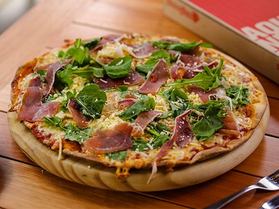 Pizza con jamón crudo estacionado (32 cm)