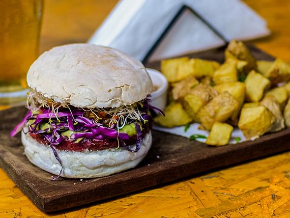 Hamburguesa veggie con papas rústicas y salsa del día