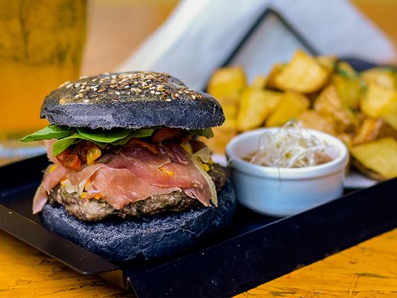 Hamburguesa black lion con papas rústicas y salsa del día