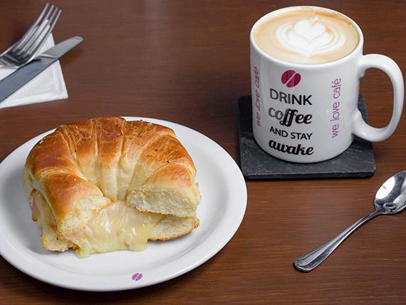 Combo - Latte o capuccino grande 360 ml + croissant de jamón, pavo y queso
