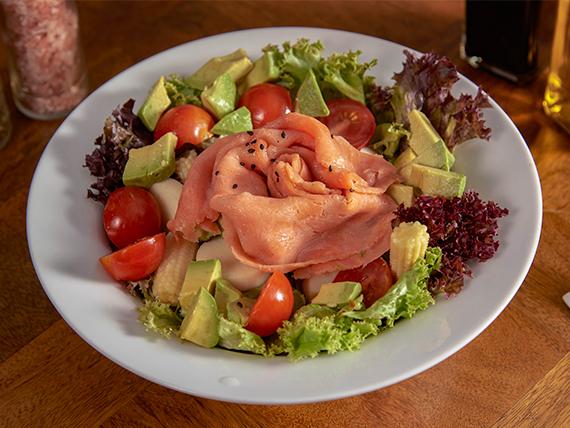 Ensalada del prado con salmón