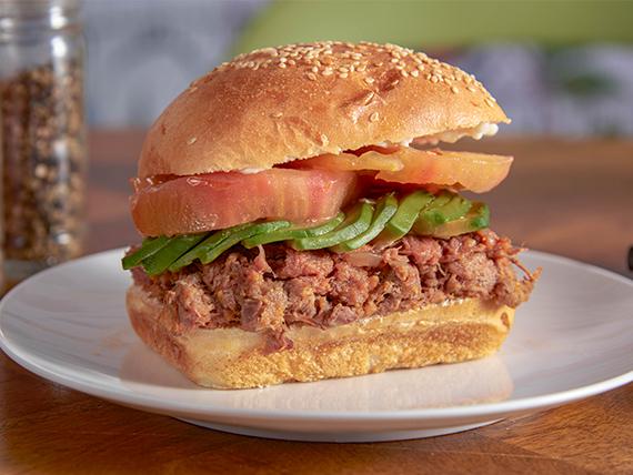Sándwich de mechada con tomate y palta