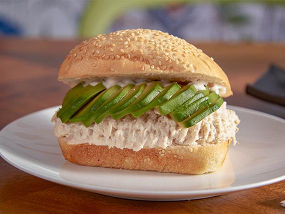 Sándwich de pasta con ave y palta