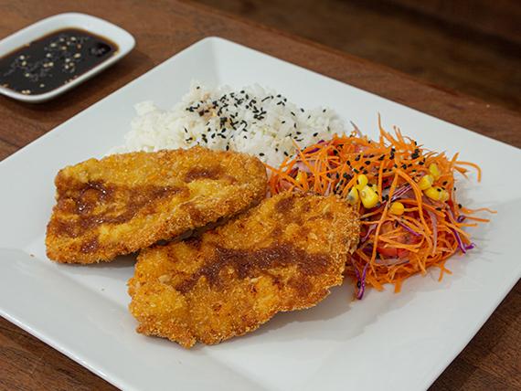Tonkatsu (milanesa de cerdo) con gohan (arroz blanco) y ensalada