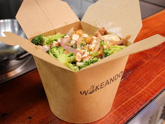 Wok B + Bebida - Wok Thai, Vegetariano o Vegano - Base + proteína + 2 vegetales + salsa + bebida 350 ml