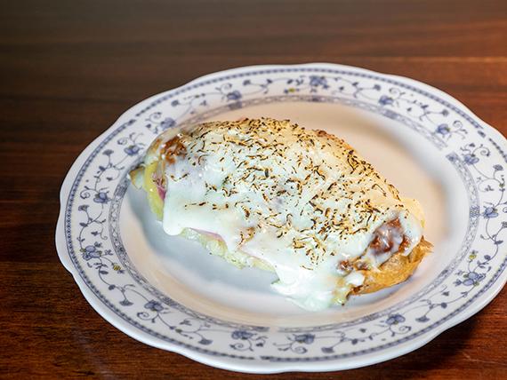 Sándwich croissant gratinado