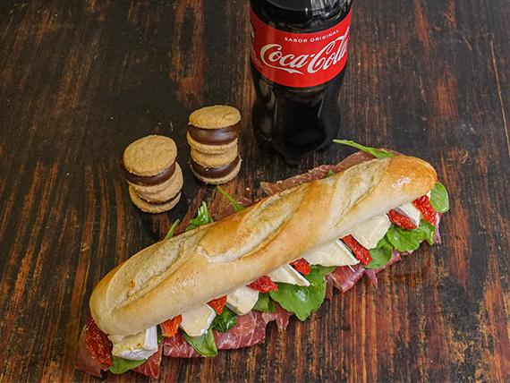 Promo- Sándwich gourmet de jamón crudo y brie + Coca Cola 500 ml + alfajores de copetín