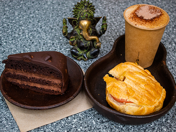 Promos festín Aconcagua - Torta belga de chocolate + jugo prensado en frío + croissant + café americano simple 240 ml