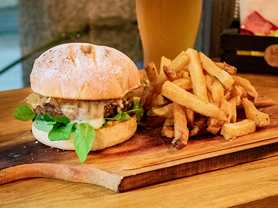 Cromwell burger con papas fritas