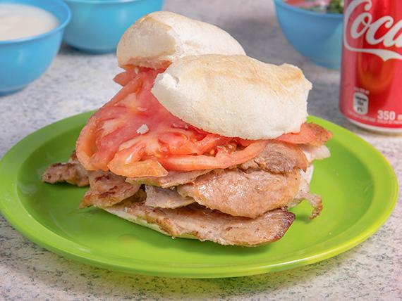 Sándwich de lomo con tomate y mayonesa + bebida 350 ml