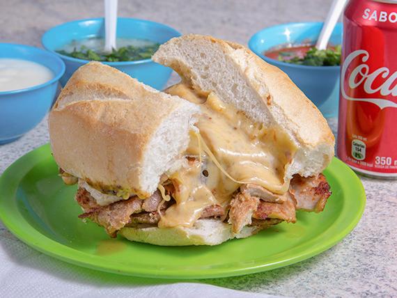 Sándwich de lomo y queso + bebida 350 ml
