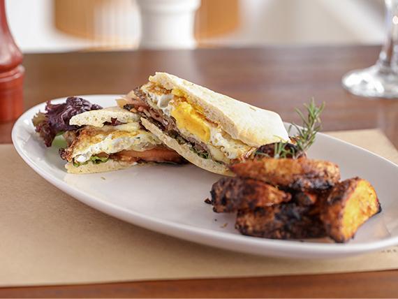 Big sándwich de lomo con papas asadas