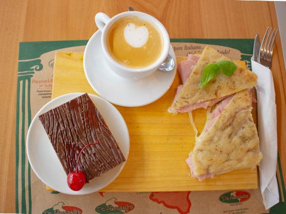 Prima Colazione - Bebida caliente + Panini prosciutto e formaggio + Mini focaccia dolce