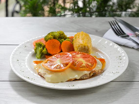 Filete de pollo gratinado con queso muzzarella
