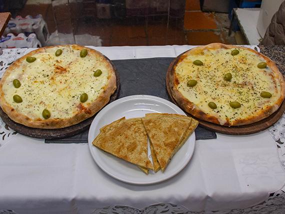 Promo 3 - Pizza con muzzarella + pizza con jamón, napolitana o fugazzeta + 2 fainá
