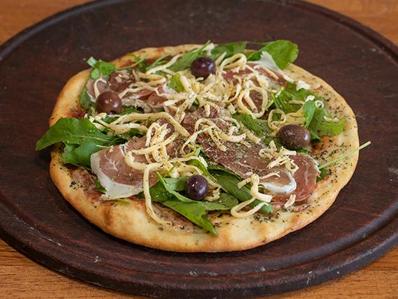 Pizza con jamón crudo y rúcula (4 porciones)