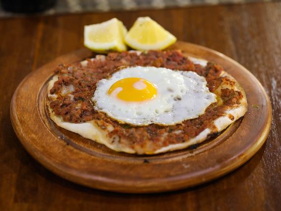 Lehmeyun con huevo frito