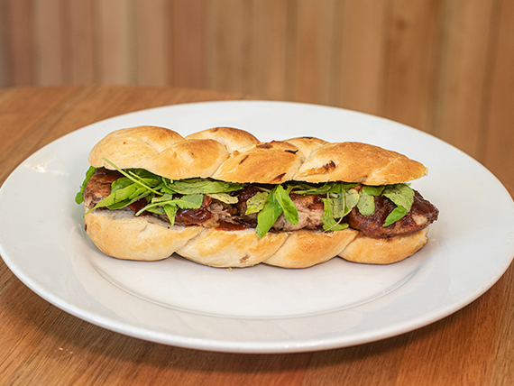 Sándwich con bondiola braseada en BBQ