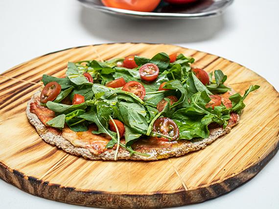 Pizza individual de muzzarella, rúcula y tomates cherry