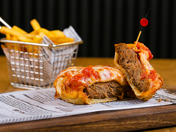 American pizza burger con papas fritas