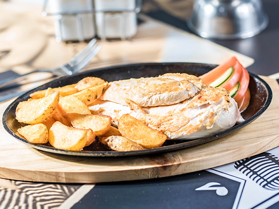 Pechuga de pollo grillada con acompañamiento