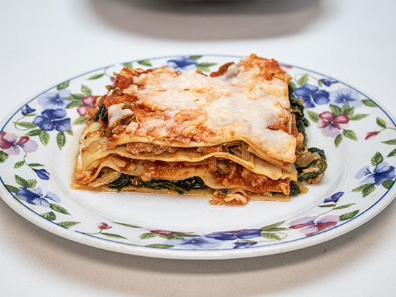 Lasagna casera rellena de pollo (una porción)