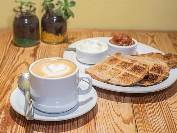 Desayuno y merienda - Café con leche o té + tostadas en pan de campo + queso y mermelada
