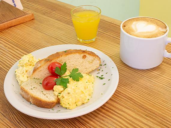 Desayuno y merienda - Café con leche o té + huevos revueltos con tostada (pan de campo)