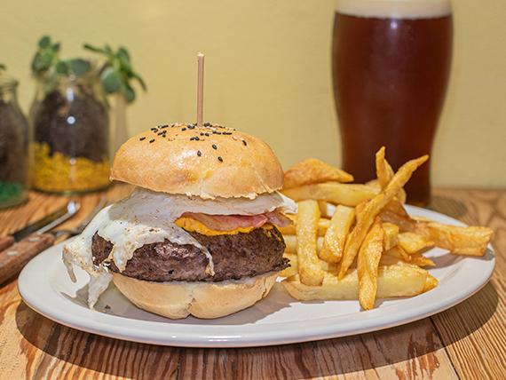 Sándwich de hamburguesa americana con papas fritas