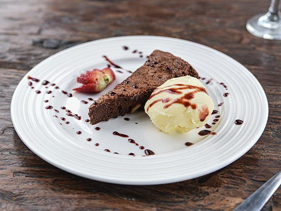 Perfect brownie con helado de vainilla y crema chantilly
