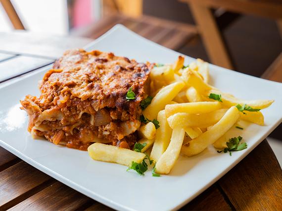 Lasagna bolognesaa casera + papas fritas