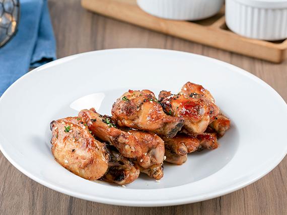 Alitas de pollo con salsa de miel y sriracha