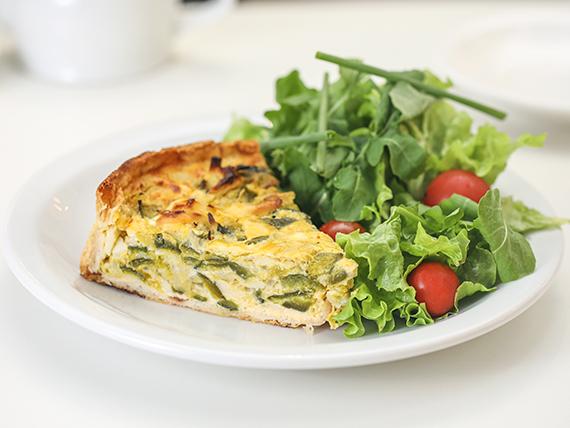 Tarta con ensalada de verdes y tomates cherry