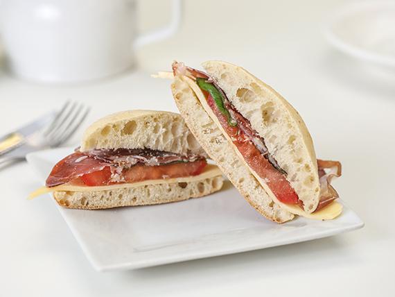 Sándwich de queso, bondiola y albahaca