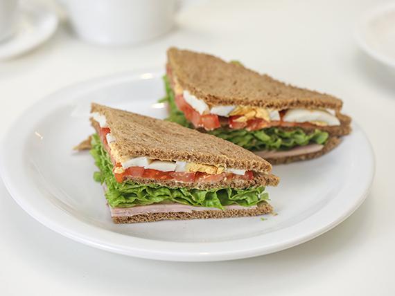 Sándwich olímpico en pan negro