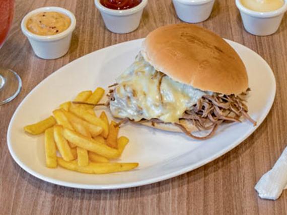 Combo - Sándwich de mechada luco + Papas fritas + Bebida en lata