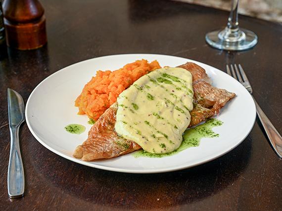 Pesca del día con salsa de mostaza acompañado de puré de zanahoria