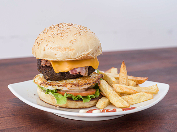 Hamburguesa classic con papas fritas