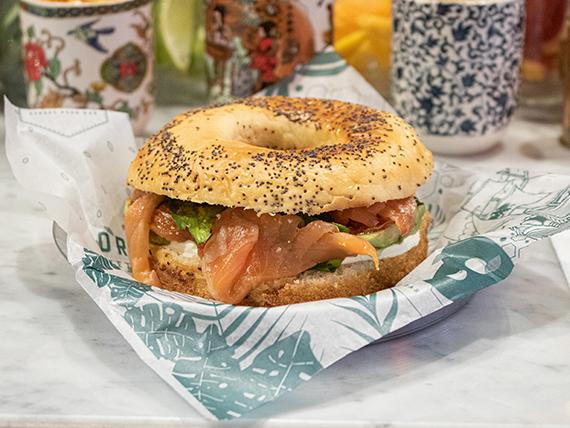 Bagel de gravlax de salmón