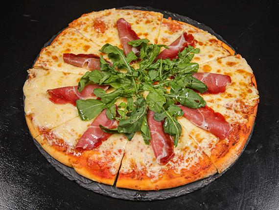 Pizzeta con jamón crudo y rúcula a la parrilla