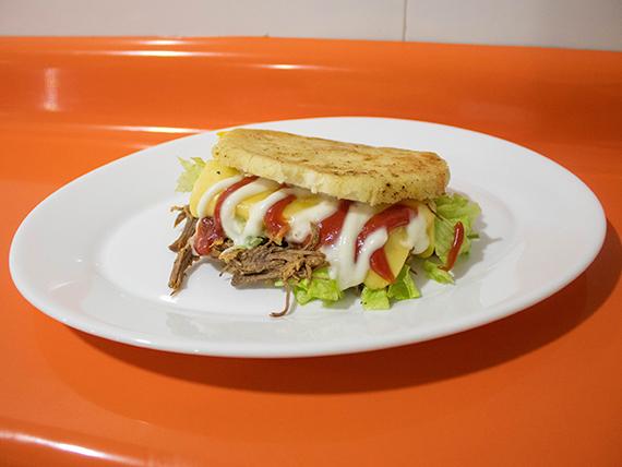Arepa con carne + 2 ingredientes + mayonesa