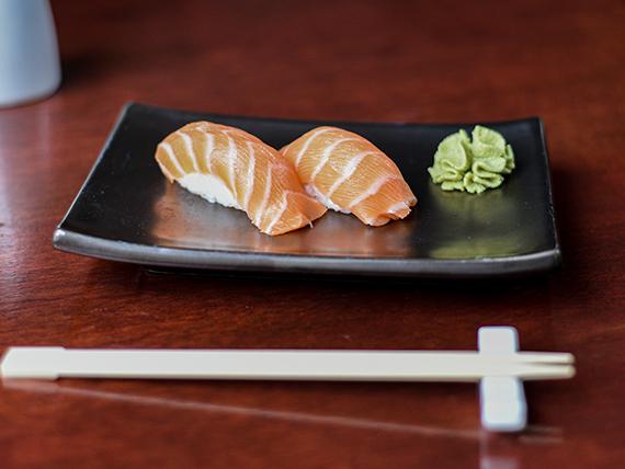 Nigiri de salmón (2 piezas)