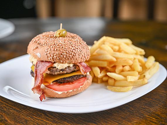 Doble hamburguesa con salsa Big Mac + papas fritas