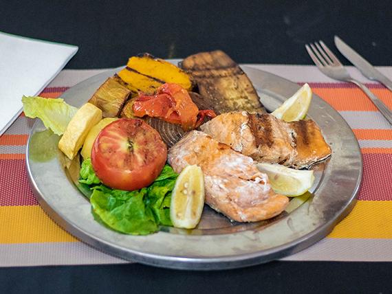 Salmón rosado con verduras grilladas