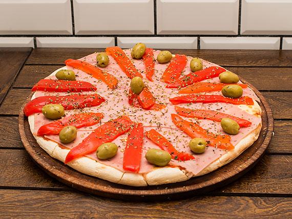 Pizza con muzzarella, jamón y morrones