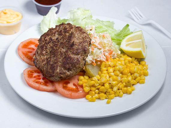 Ensalada de hamburguesa, tomate, lechuga, papas mayo y choclo