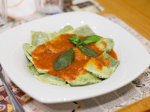 Ravioles de espinaca con salsa mixta