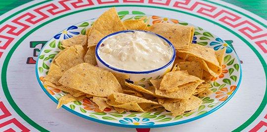 Nachos con Refrito y Crema Sour